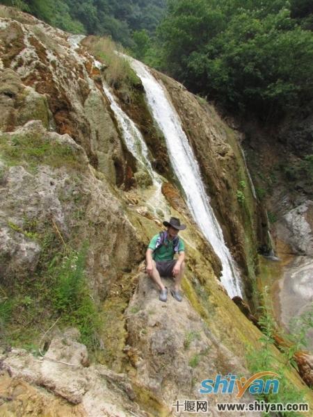 大哥与瀑布的亲密接触.jpg