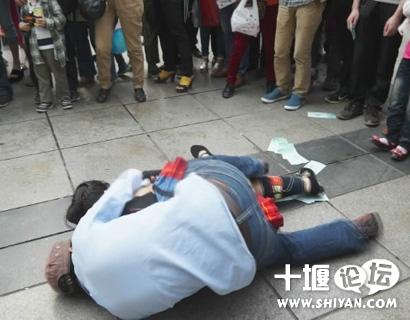 实拍贵州荔波两片瑶展会上突然遭遇酒醉男子按到摸乳房