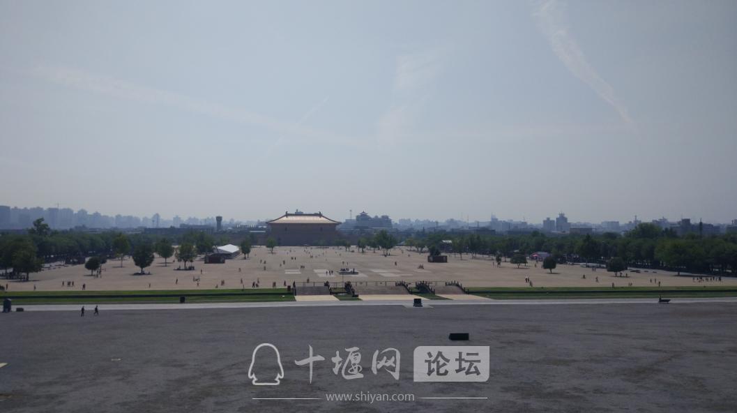 站在皇宫的遗迹,在远眺城门,很有味道