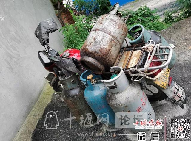 「十堰」一小区门口停的车是谁的?上面挂着6个煤气罐,居民有点担心-2.jpg
