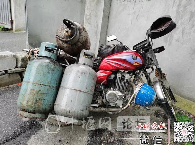 「十堰」一小区门口停的车是谁的?上面挂着6个煤气罐,居民有点担心-4.jpg