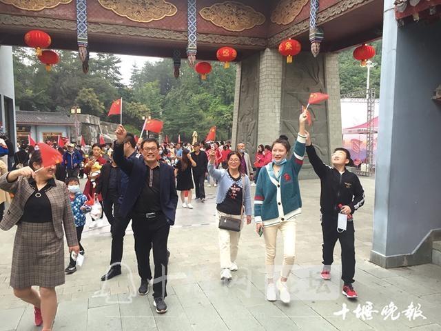 「十堰」让每位游客宾至如归——武当山特区十一黄金周旅游综述-2.jpg