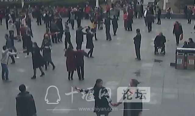 十堰广场舞大妈跳得嗨,有人却盯上了她们的包-1.jpg