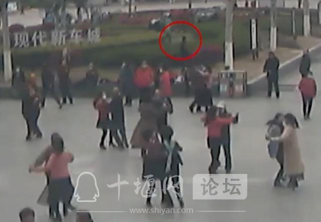 十堰广场舞大妈跳得嗨,有人却盯上了她们的包-2.jpg