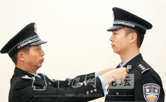 父亲英雄儿好汉!看看十堰这对警察父子-4.jpg