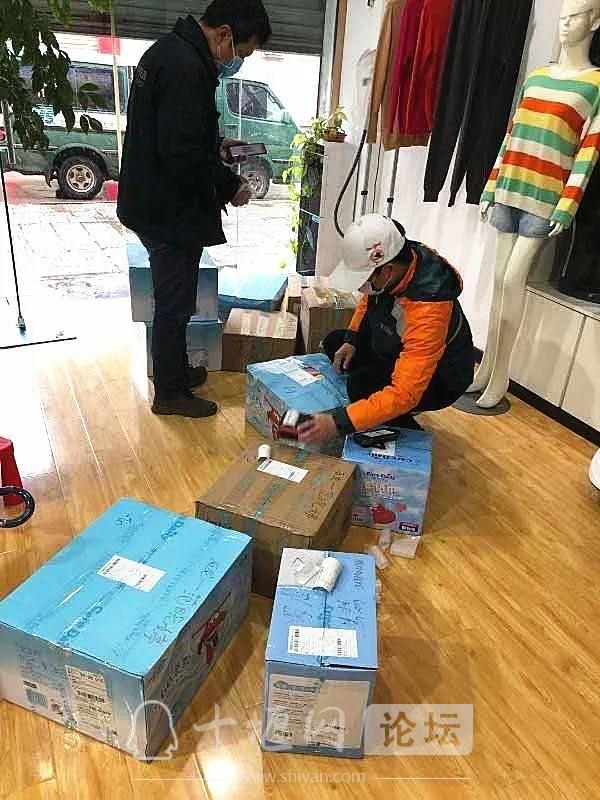 """多地宝宝面临""""断粮""""危机!邮政""""临时奶爸""""火速配送-7.jpg"""