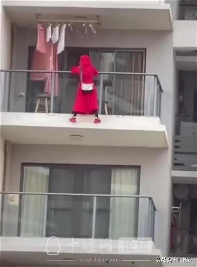 女子25层阳台外跳舞坠楼,警方最新通报-1.jpg