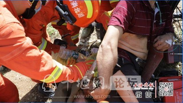"""消防出动!十堰男子被它""""咬""""住腿,看着都疼-3.jpg"""
