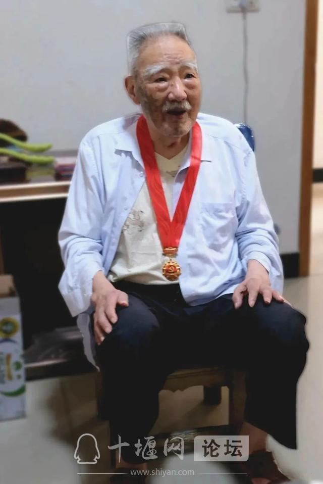 """房县1477名党员获""""光荣在党50年""""纪念章-5.jpg"""