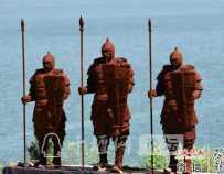 【十堰】郧阳汉江边出现三座雕像,路人纷纷拍照!背后故事你知道吗?